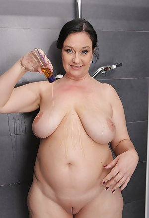 BBW in Shower Pics